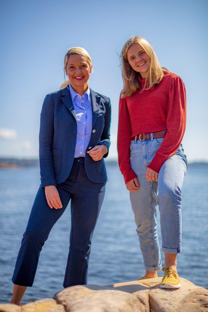 Mirell Høyer-Berntsen og Solveig Skaugvoll Foss på svaberg ved sjøen. Foto.